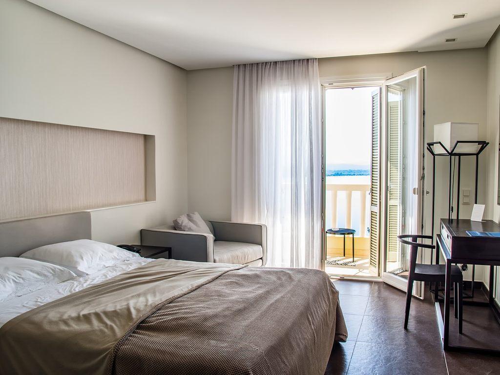 Bett in einem Hotelzimmer